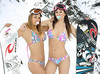 Chicas sexys haciendo snowboard en bikini
